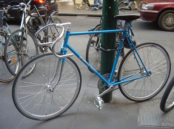800px-Blue_fixed-gear_(track)_bicycle_locked_up