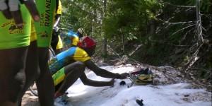 ルワンダのサイクリングチーム、初めての雪にはしゃぐ